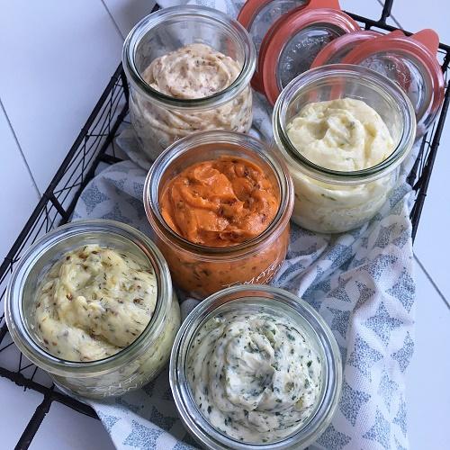 Butter-Quintett ~ Kräuter-Knoblauch-Butter, Limetten-Parmesan-Butter, Tomate-Oregano-Butter, Senf-Honig-Butter und Röstzwiebel-Bacon-Butter