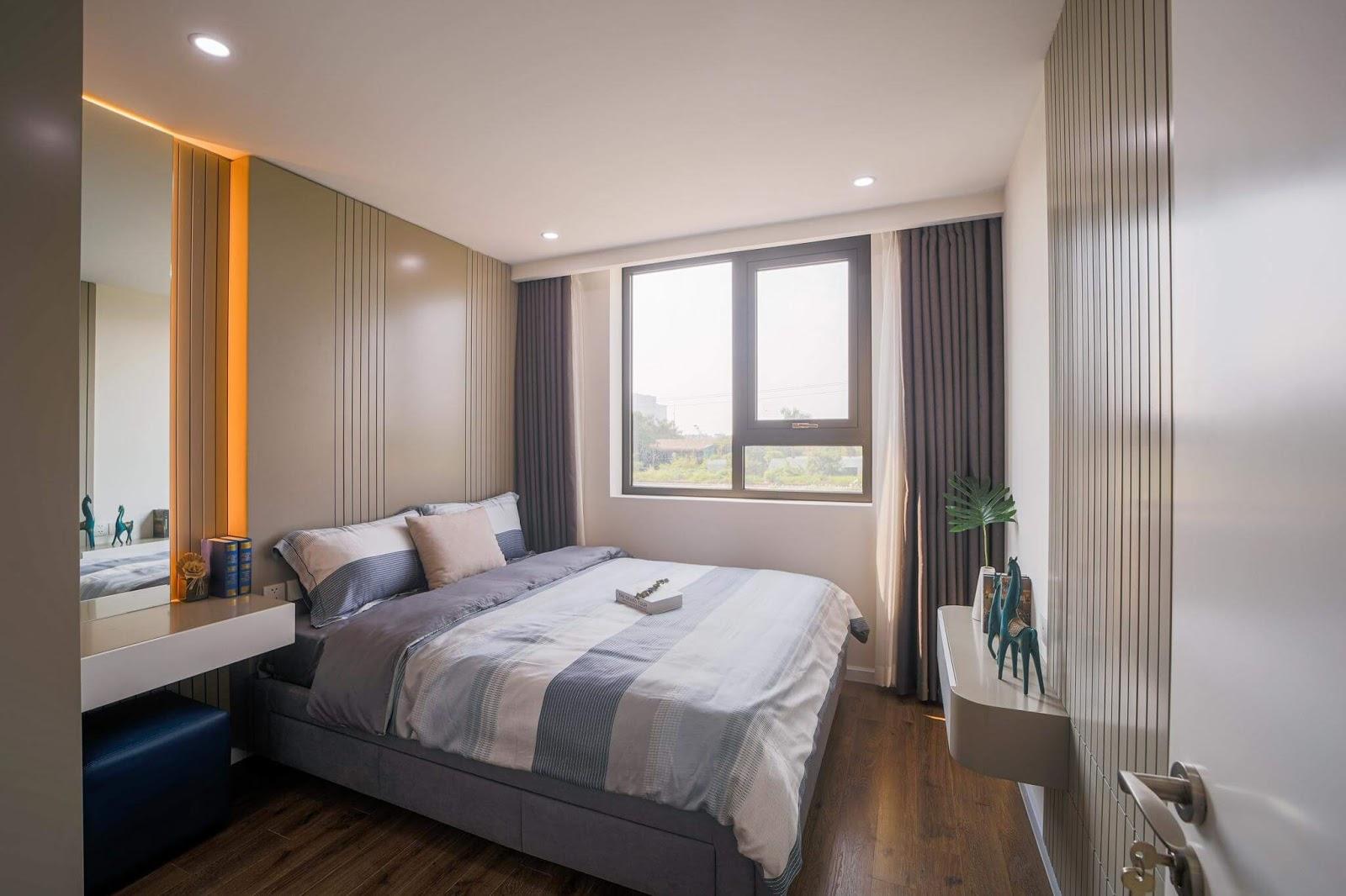 Phòng ngủ căn hộ AQH Riverside với cửa sổ rộng và ánh sáng ngập tràn.