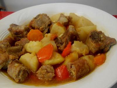 Patatas guisadas con costilla y salchichas