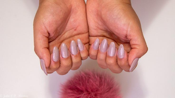 Unhas da semana: alongamento em acrílico cor nude com glitter