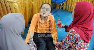 SEORANG pelajar diberikan rawatan oleh dua guru selepas diserang histeria di SMK Pengkalan Chepa II, Kota Bharu, Kelantan, semalam