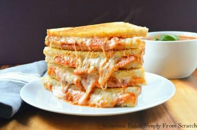 Sandwich panggang isi daging dan keju. Rasanya seperti pizza.