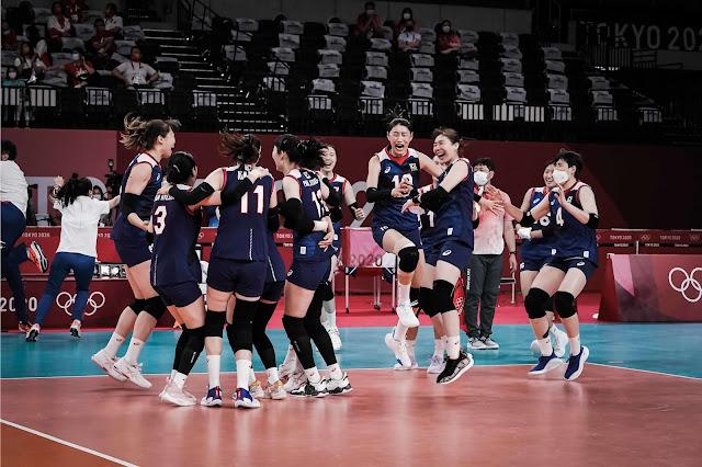 Coreanas comemorando vitória contra Japão