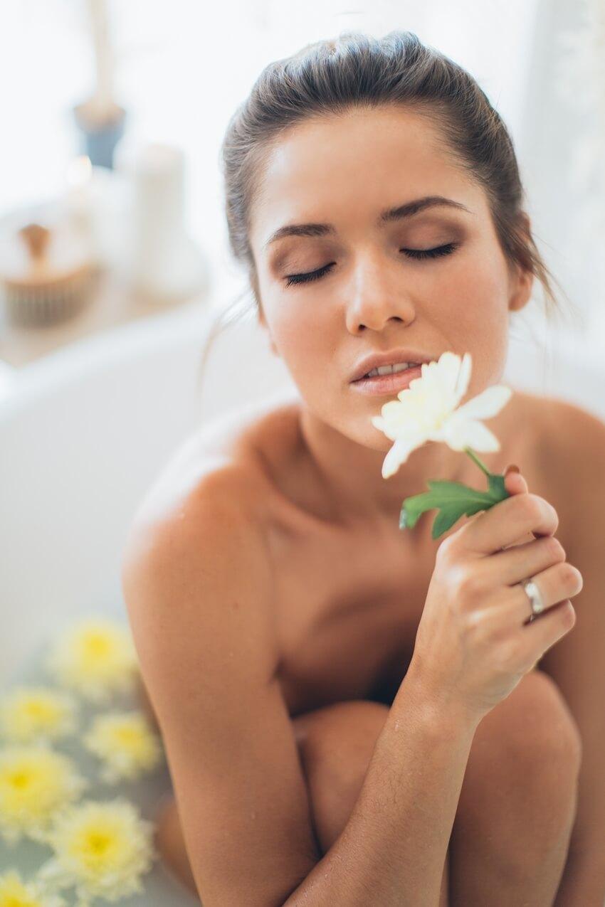 Auto cuidado, mulher se cuidado praticando o amor próprio