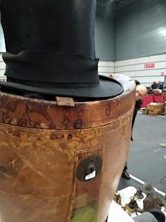 Sombrero de copa y sombrerera en el desembalaje de Bilbao