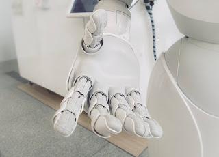 صورة يد صناعيه يتم تطويرها لتنفذ اوامر المخ وتتصل به عبر الجهاز العصبى