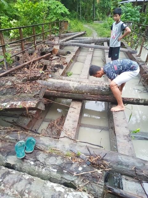 Papan Jembatan Terbawa Arus Sungai, Warga Gunung Cahaya Gotong-royong