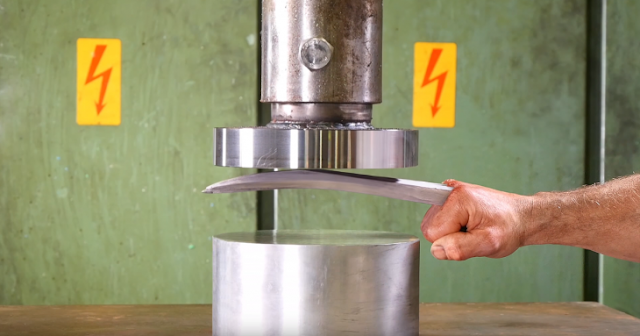 Video muestra fuerza de adamantium contra prensa Hidraulica