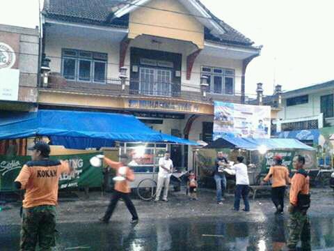 Sinergi bersama Lazismu, KOKAM Jember tebar takjil buka puasa gratis di Kencong