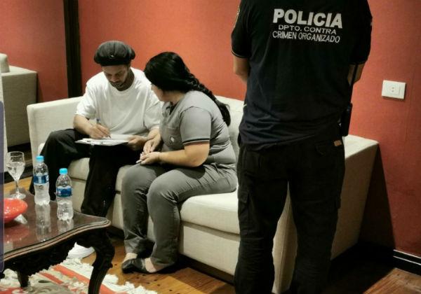 Ronaldinho Gaúcho usa documento falso e é detido no Paraguai