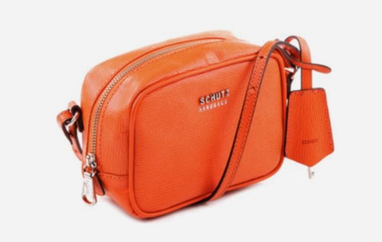 f01e76e7f Se você é adepta das tiracolo para o dia a dia, a Crossbody Anna Orange é a  bolsa certa. Com um toque casual e de shape geométrico, tudo de mais  importante ...