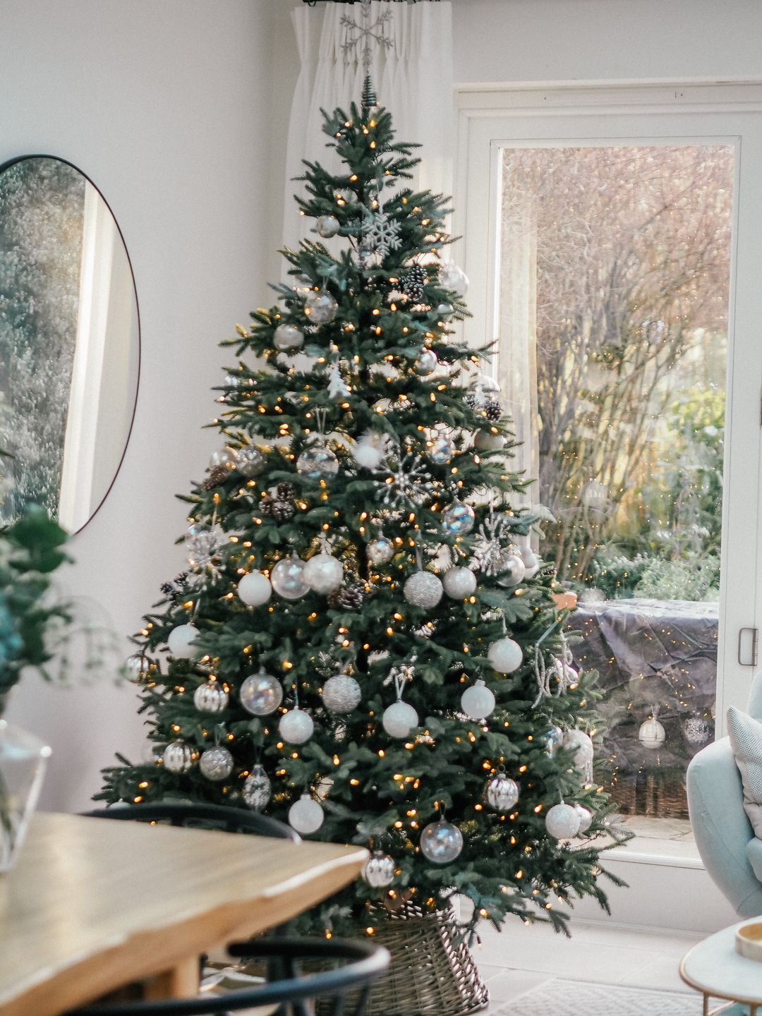 Chic Christmas Tree Decorating Ideas That Will Bring Cheer