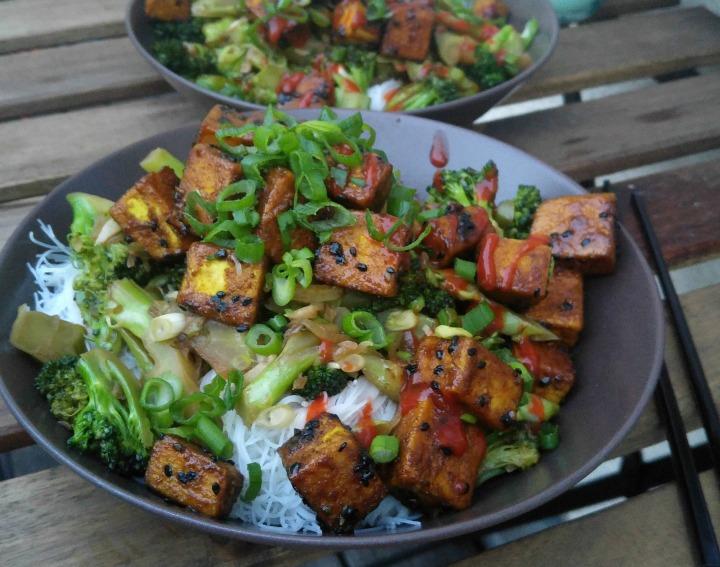 Rezept für scharfen Sesam-Tofu mit Knoblauch-Brokkoli und Glasnudeln