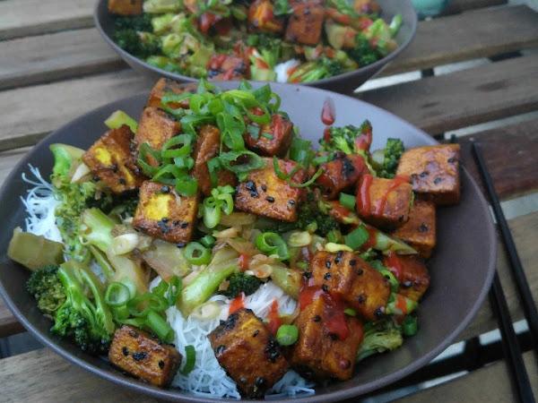Scharfer Sesam-Tofu mit Knoblauch-Brokkoli und Glasnudeln