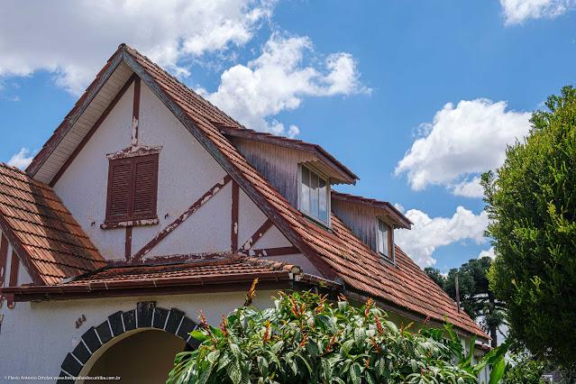 Casa na Rua David Carneiro - detalhe do telhado com mansarda