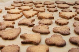 upieczone ciasteczka w różnych kształtach na choinkę na blacie