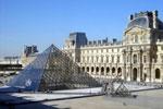 Fachada del museo del Louvre junto a su pirámide acristalada