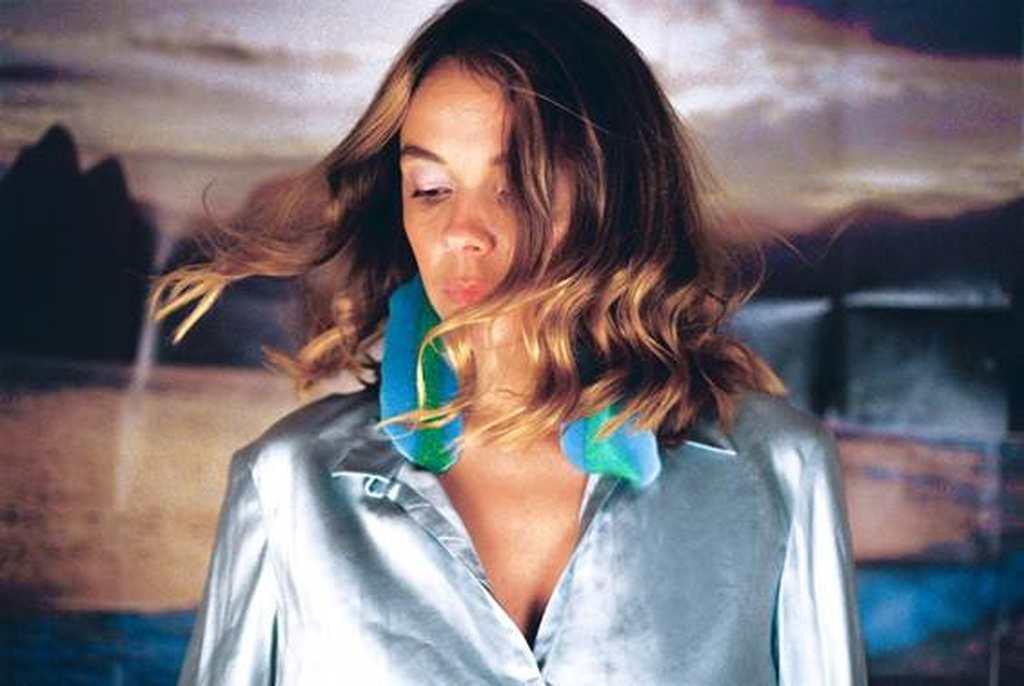 """Dois anos depois de lançar Coração Louco, seu primeiro EP em português gravado no Brasil, Laure Briard continua sua aventura com os Boogarins e lança o EP """"Eu Voo"""" pela Midnight Special Records."""
