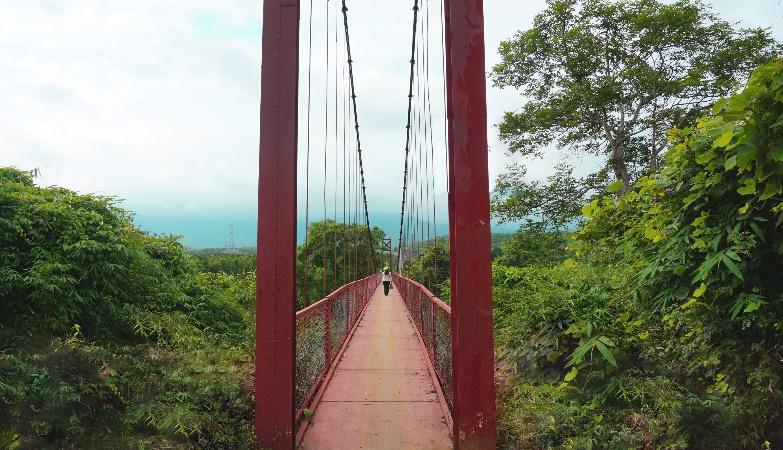Đi qua cầu treo (dài 160m) để đến  làng Kon Brăp Du