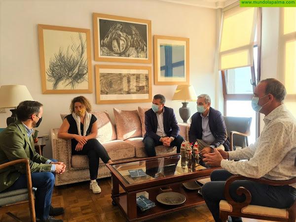 El Cabildo y el Ayuntamiento capitalino recibieron a Djemila Tassin, única mujer española que participará en la próxima Mini Transat