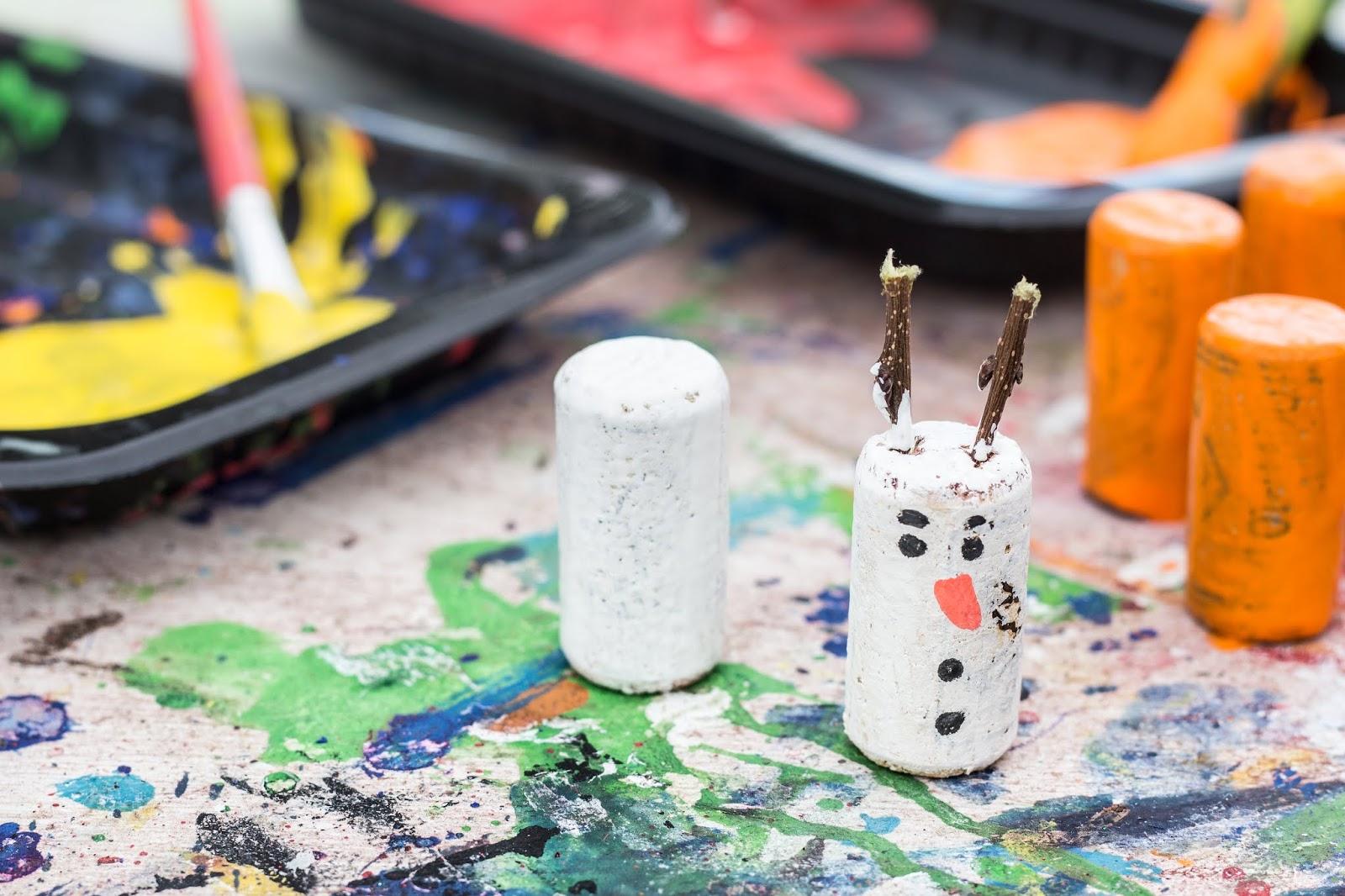 Pintar tapones de corcho para hacer muñecos de nieve