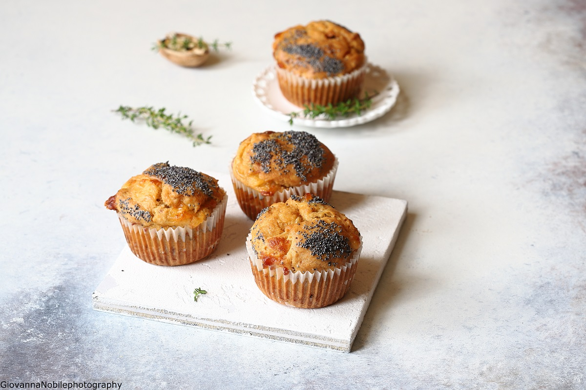 Muffin con pecorino al pepe, noci e timo