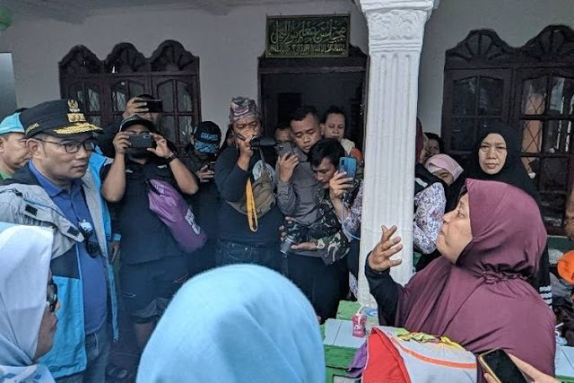 Ridwan Kamil Diceramahi Ibu-ibu Warga Bogor Korban Banjir