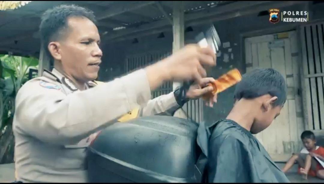 Pangkas Rambut Keliling Gratis Bagi Anak, Bripka Kuat Jadi Juara di Polda Jateng