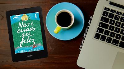 Mesinha com café, notebook e livro não é errados ser feliz
