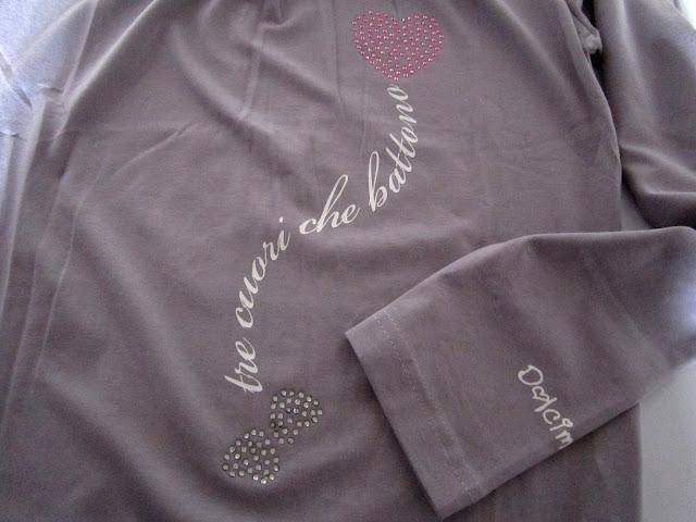 12937b7f2844 La seconda maglietta gestante è    TRE CUORI CHE BATTONO   simpatica ed  originale per vivere una gravidanza felice. Il tessuto