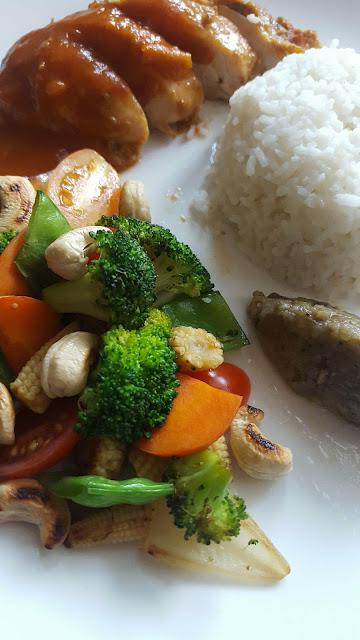 Poulet mariné à la malaysienne, légumes croquants, riz à la coco