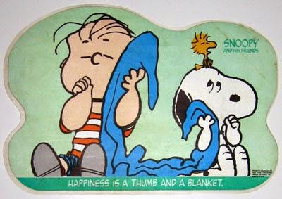 Linus y Snoopy abrazando la misma manta.