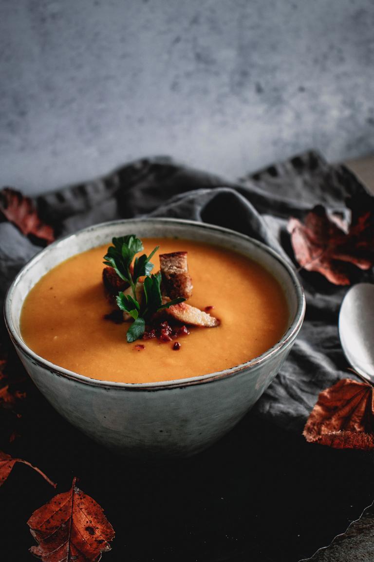 Ein Teller Suppe mit Topping