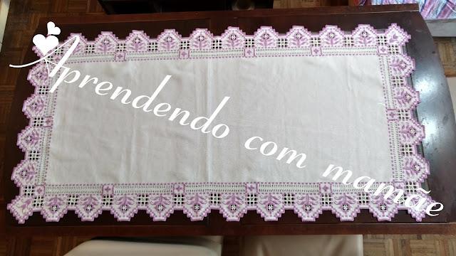 toalha hardanger, caminho de mesa lilás, bordado hardanger, decoração mesa de jantar