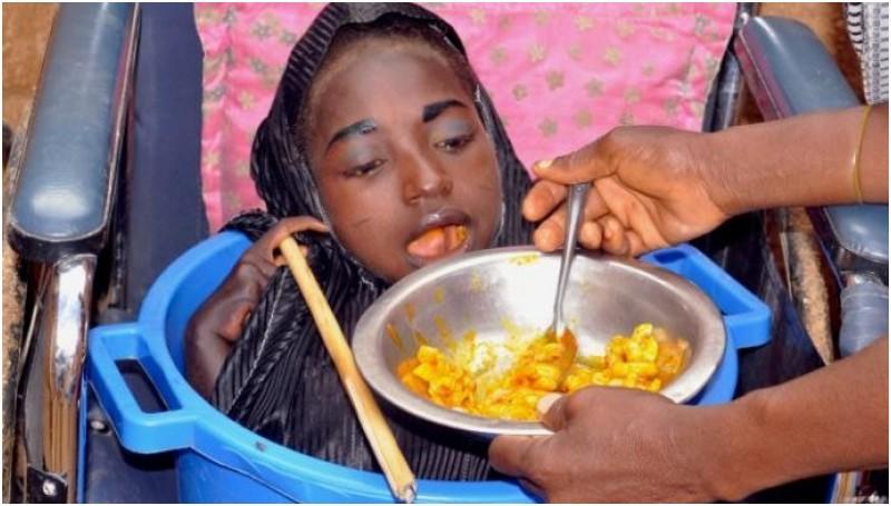 Rahma saat diberi makan orang tuanya