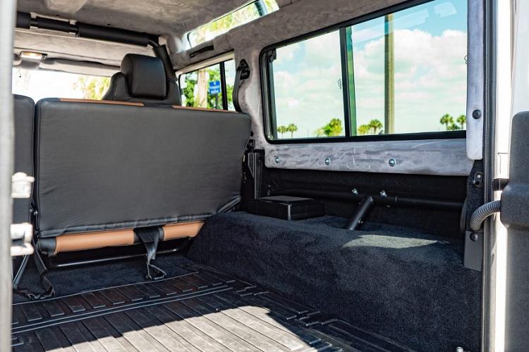 Range Rover Defender 1993 'hồi sinh' đẹp và hiện đại hơn