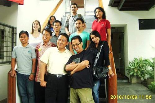 SAHABAT GURU : Saya bersama sahabat baru, para staf dan Pengajar Bahasa Inggris di IALF Denpasar Bali. Foto diambil pada tahun 2010   Dokumentasi Made/IALF Bali