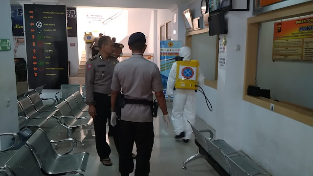 Cegah Virus Corona, Ruangan Pelayanan Dan Kantor Ditlantas Polda Jambi Dilakukan Penyemprotan Cairan Disinfektan