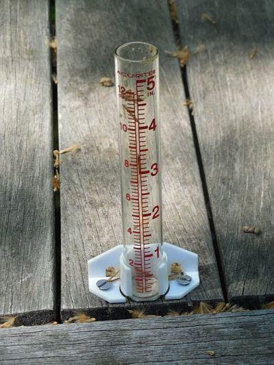 Pluviómetro fabricado en casa. Mide la intensidad de la lluvia.