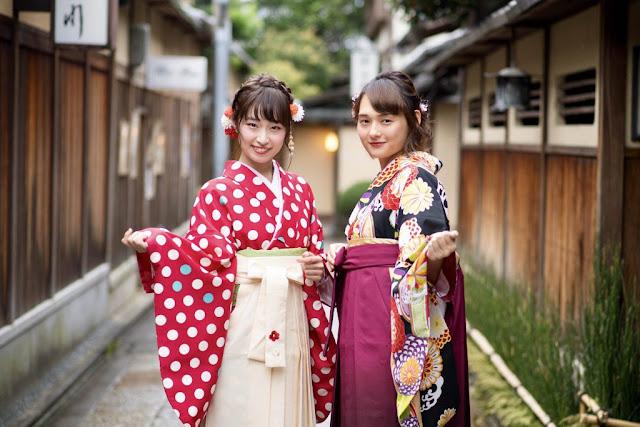 Các cô gái xứ Phù Tang thường lựa chọn kimono để diện vào dịp lễ hội. Màu sắc của kimono thường biểu thị cho các mùa trong năm, nên họa tiết hoa, lá… vừa được sử dụng nhiều vào ngày Xuân vừa thể hiện tình yêu thiên nhiên của con người Nhật Bản. Ngoài ra, yukaka cũng là trang phục truyền thống có thiết kế giống kimono nhưng ít lớp vải hơn và có giá thành rẻ hơn.    Bạn có biết, người mặc kimono cần phải lựa chọn màu sắc sao cho phù hợp với độ tuổi. Những màu sáng có sắc nóng như màu đỏ thường được dùng cho trẻ em và phụ nữ chưa kết hôn, phụ nữ đã có chồng thường mặc kimono màu lạnh và thiết kế tay ngắn.