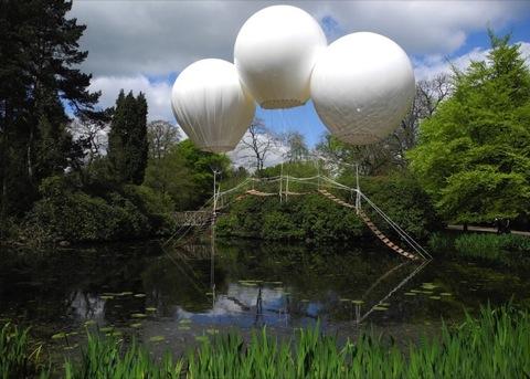 Paisaje en jardín con globos de helio.