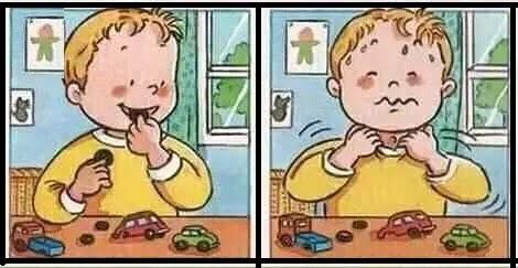 ولد يأكل العابه