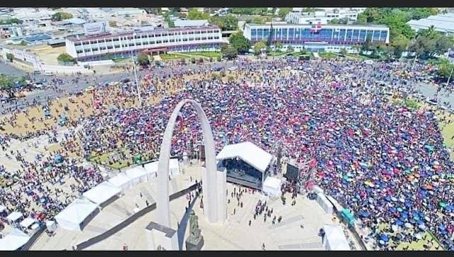 En vivo miles desafían el sol y permanecen apostados Plaza de la Bandera