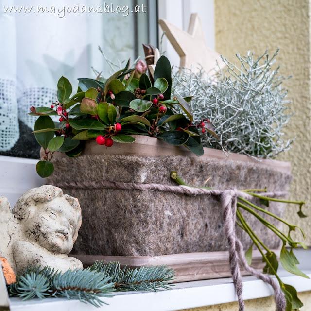 Blumenkasten mit Weihnachtsdeko