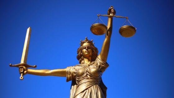 Foto mostra a estátua da justiça