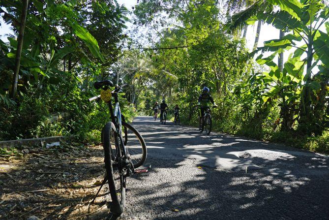 Berpapasan dengan pesepeda akhir pekan