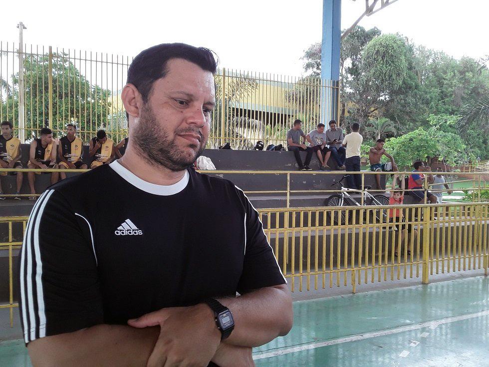 treinador do Mixto na apresentação do elenco 2020