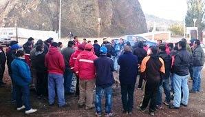 """""""Nosotros queremos trabajar y la gente de la minera trajo mucha gente de afuera y no tomó mano de obra de acá. Unas 150 personas se quedaron sin trabajo"""", dijo en Radio Sarmiento Mario Jofré, uno de los manifestantes."""