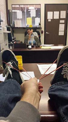Keine Lust auf Arbeit - Langeweile im Büro lustige Arbeitskollegen