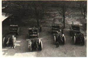 Photographie de la cour de récréation et du préau de l'école-bâtiment du Musée vers 1942 (collection musée)